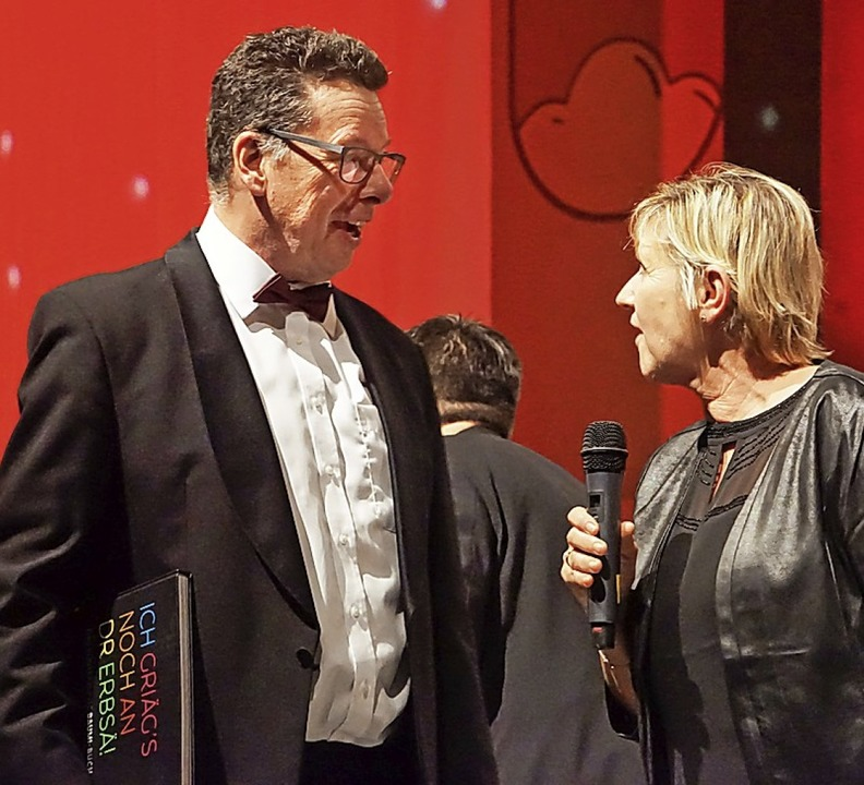 Simone Löffler überreichte Martin Baumgartner die Stadtmusik im Buchformat.  | Foto: Ilona Huege