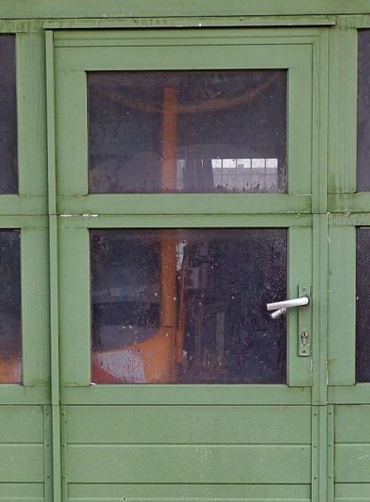 Links die Tür im Rolltor der Halle auf...dem größten Streufahrzeug der Stadt.    | Foto: Presse AG