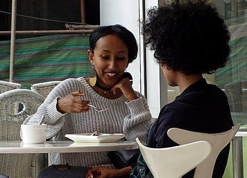 Zwei Frauen im Café in der äthiopischen Hauptstadt Addis Abeba