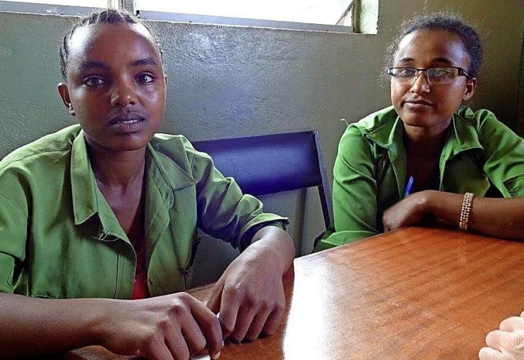 Die beiden  Schülerinnen Gamane Rafa (...d Warkinesh Kasaye in der Region Dano.    Foto: FRAUKE WOLTER