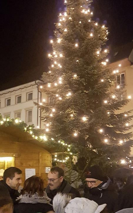 Rund um den großen Christbaum auf dem Münsterplatz ließ sich gut feiern.  | Foto: Gerd Leutenecker