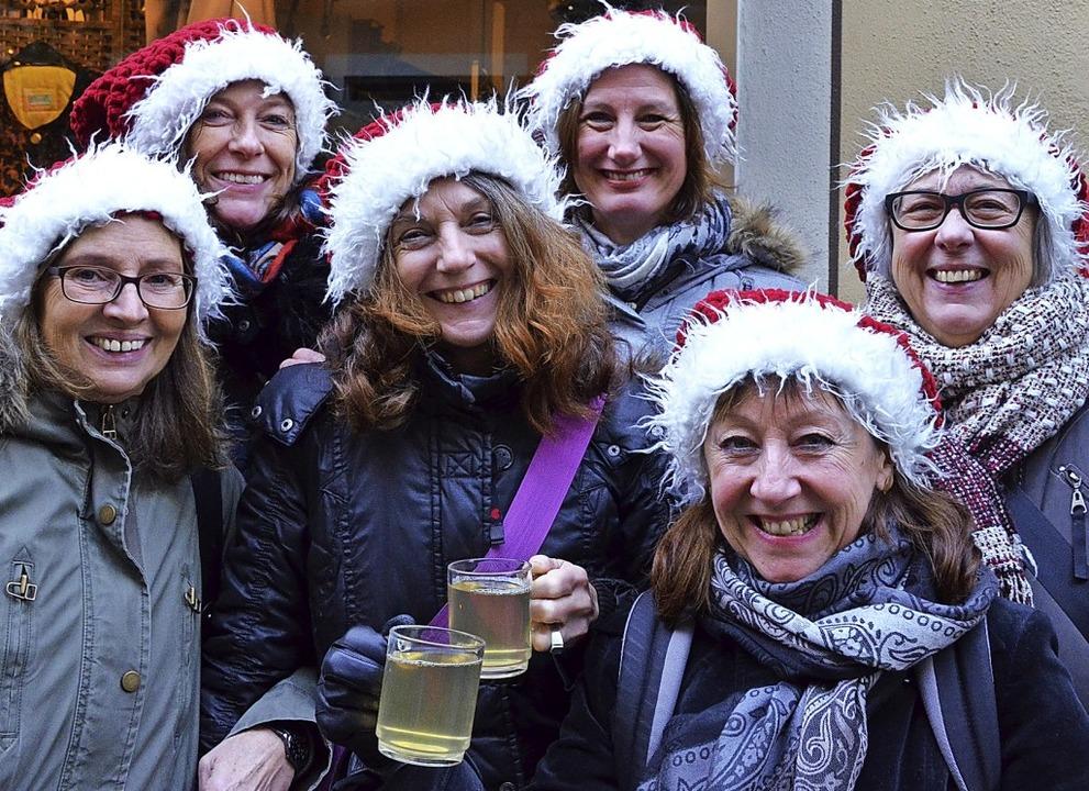 Die Weihnachtsmann-Mützen-Dichte war groß, die Stimmung trotz des  Wetters gut.    Foto: Gabriele Hennicke