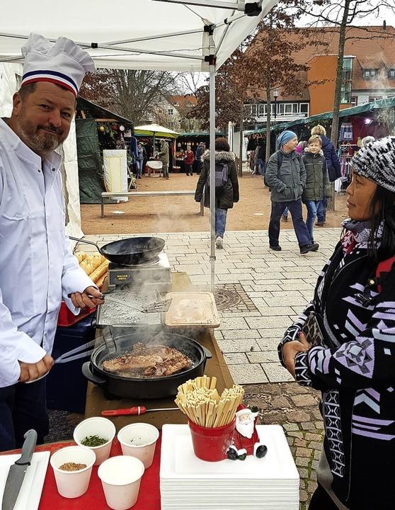 Der Kita-Chor eröffnete den Markt (obe...eiden des riesigen Weihnachtskuchens.   | Foto: Julius Steckmeister