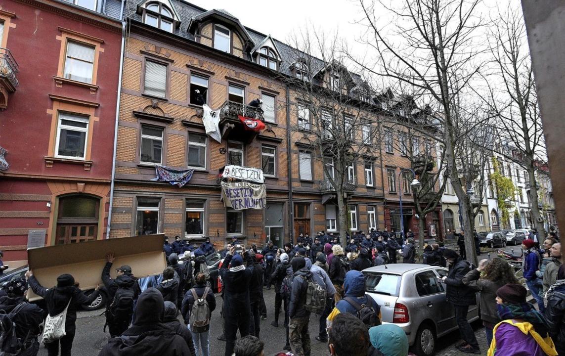 Bei der Räumung entfernten Polizisten ...sparente vor Fenstern und an Balkonen.  | Foto: Thomas Kunz
