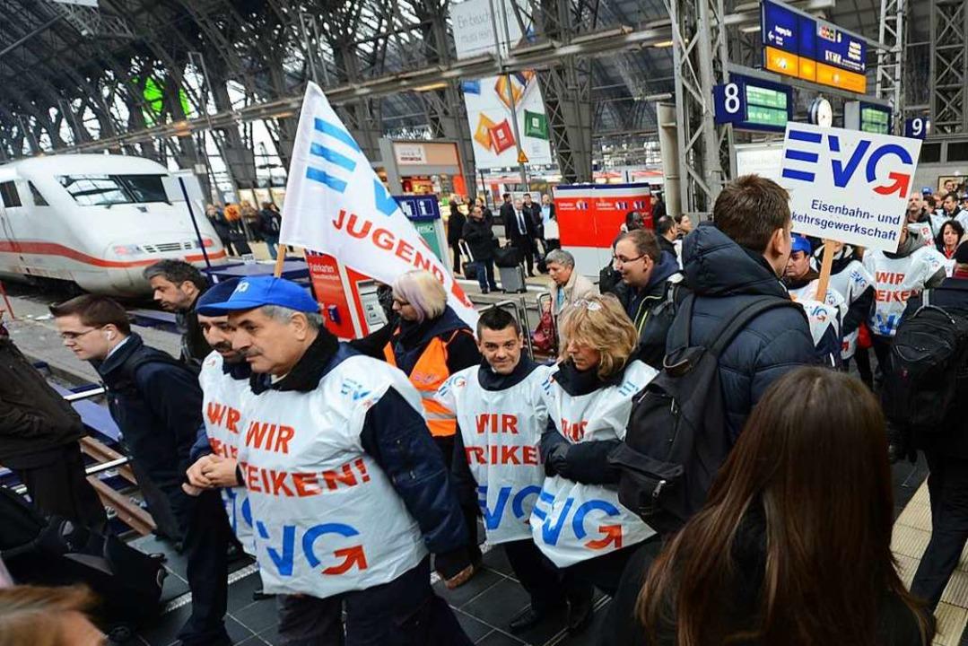 Die Bahngewerkschaft EVG kündigt für Montag Warnstreiks an.  | Foto: dpa