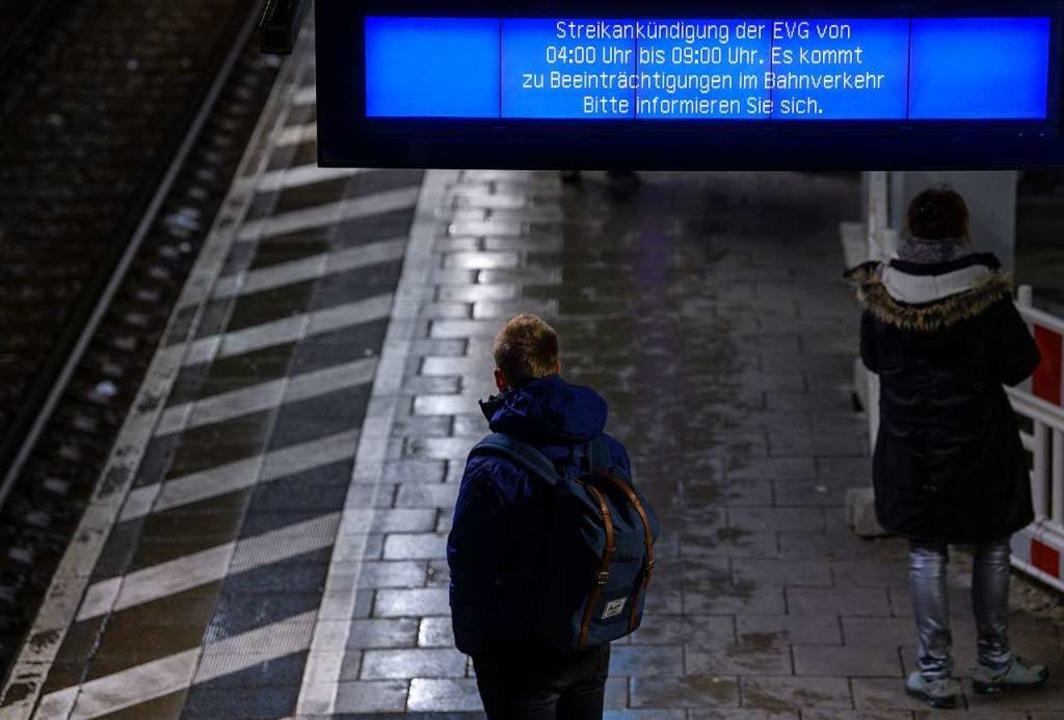 """Ein Display am Münchener S-Bahnhof Hac...ie sich."""" auf den Bahnstreik hin.    Foto: dpa"""