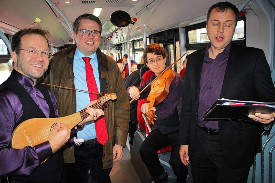 Mittelalterliche Musik im Linienbus. B...um erstmals in einem Omnibus spielten.  | Foto: Rolf Reißmann
