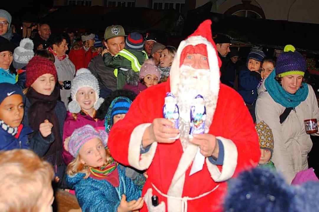Der Nikolaus war in Binzen schnell von den Kindern umringt.  | Foto: Norbert Sedlak