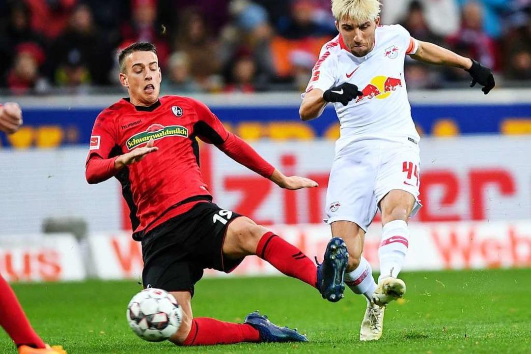 Janik Haberer beißt sich gegen die Leipziger wie ein Terrier in die Zweikämpfe.  | Foto: dpa