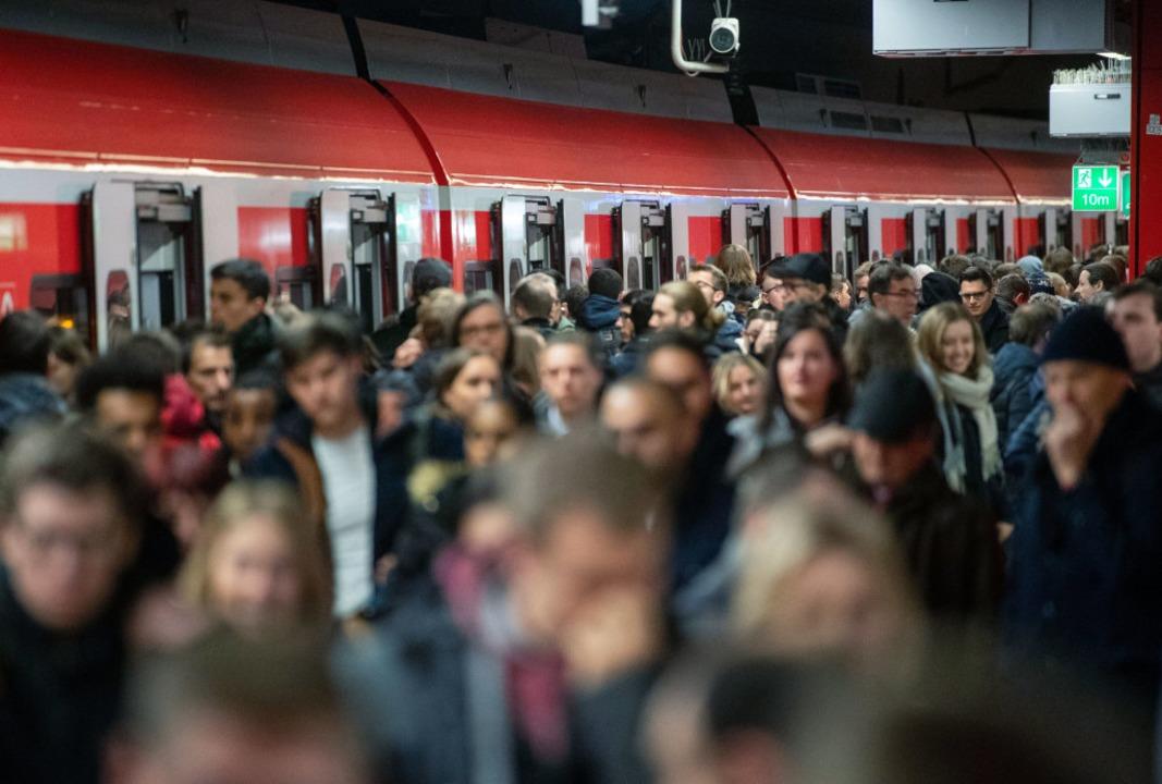 Lange Wartezeiten an den Bahnhöfen    Foto: dpa