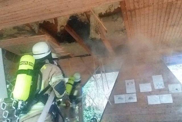 Schwelbrand zwischen Carport und Bürozimmer auf der Heidburg