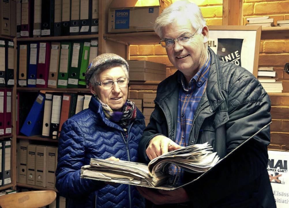 Anna Haag und Kurt Schmidt blättern in alten Unterlagen.    Foto: Lena Marie Jörger