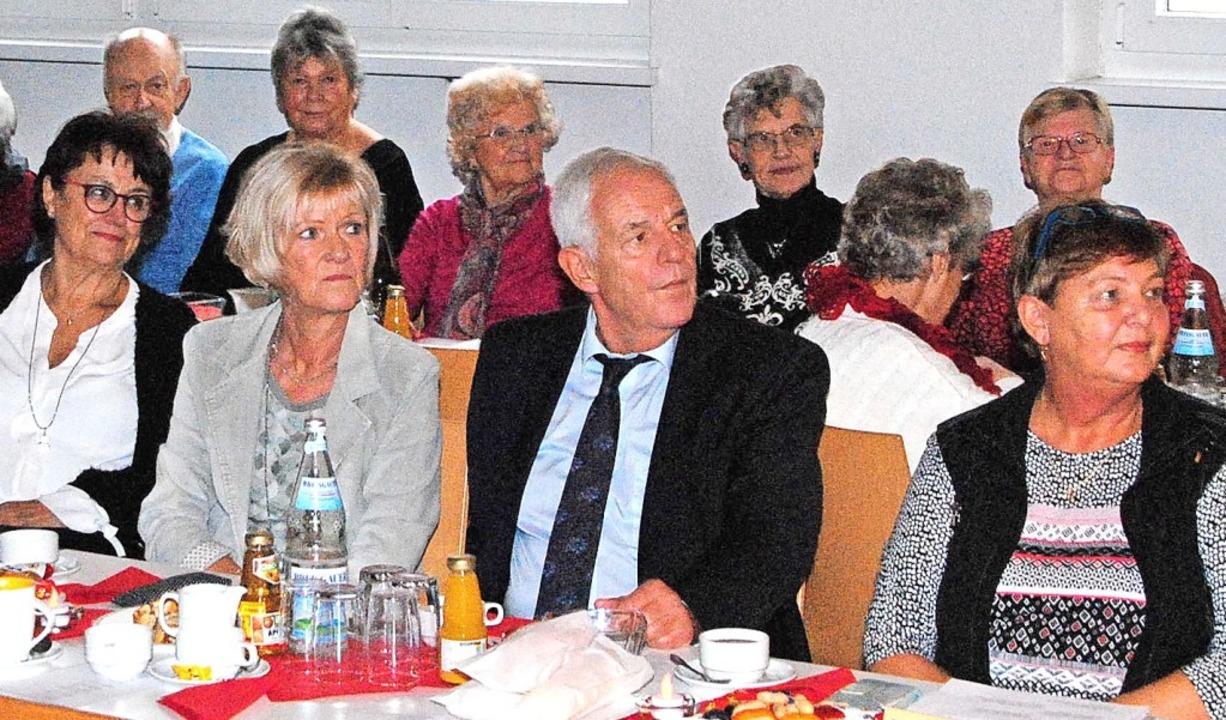 Rainer Stickelberger (Mitte) bei der Weihnachtsfeier der AWO.     Foto: Sedlak