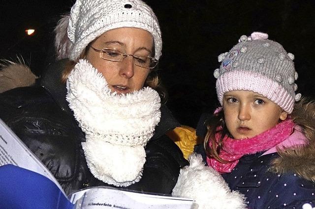 Nachbarn singen Weihnachtslieder