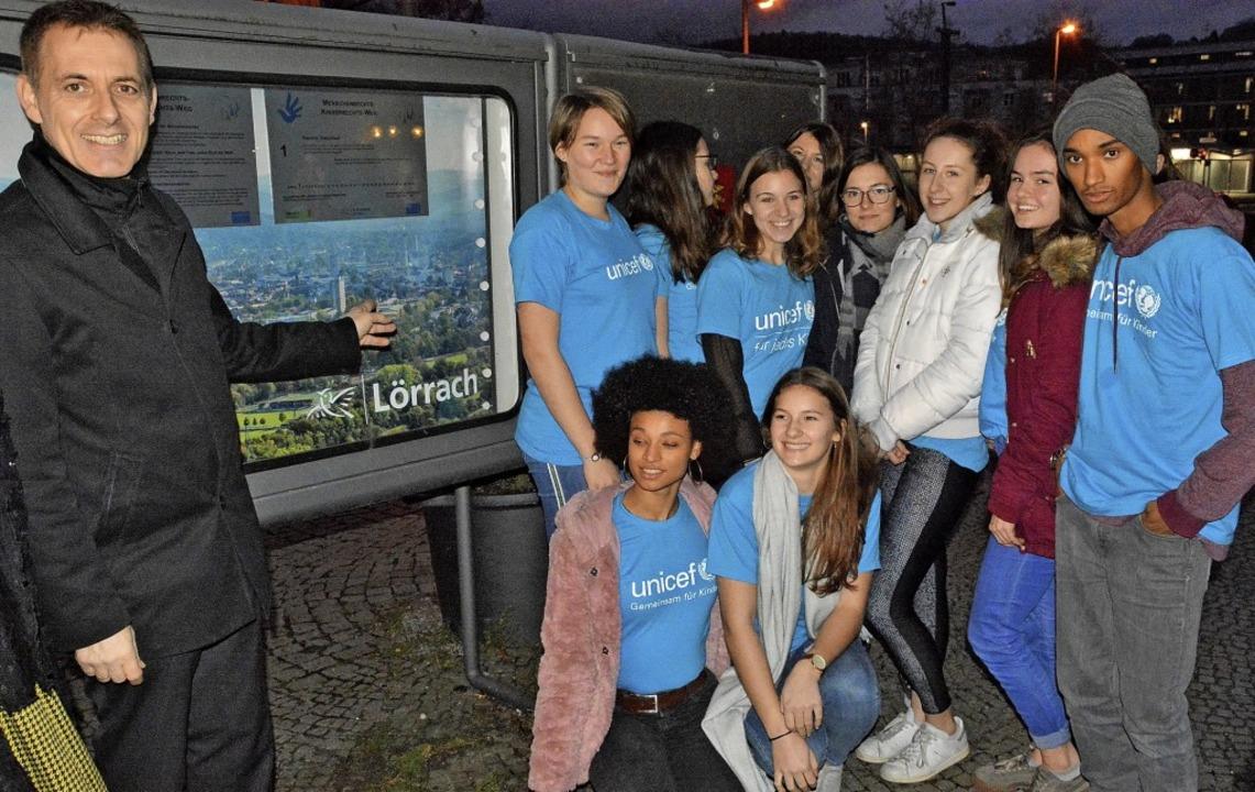 Im Schaukasten vor dem Rathaus hängen ...nior-Teams von Unicef weihten sie ein.  | Foto: Barbara Ruda