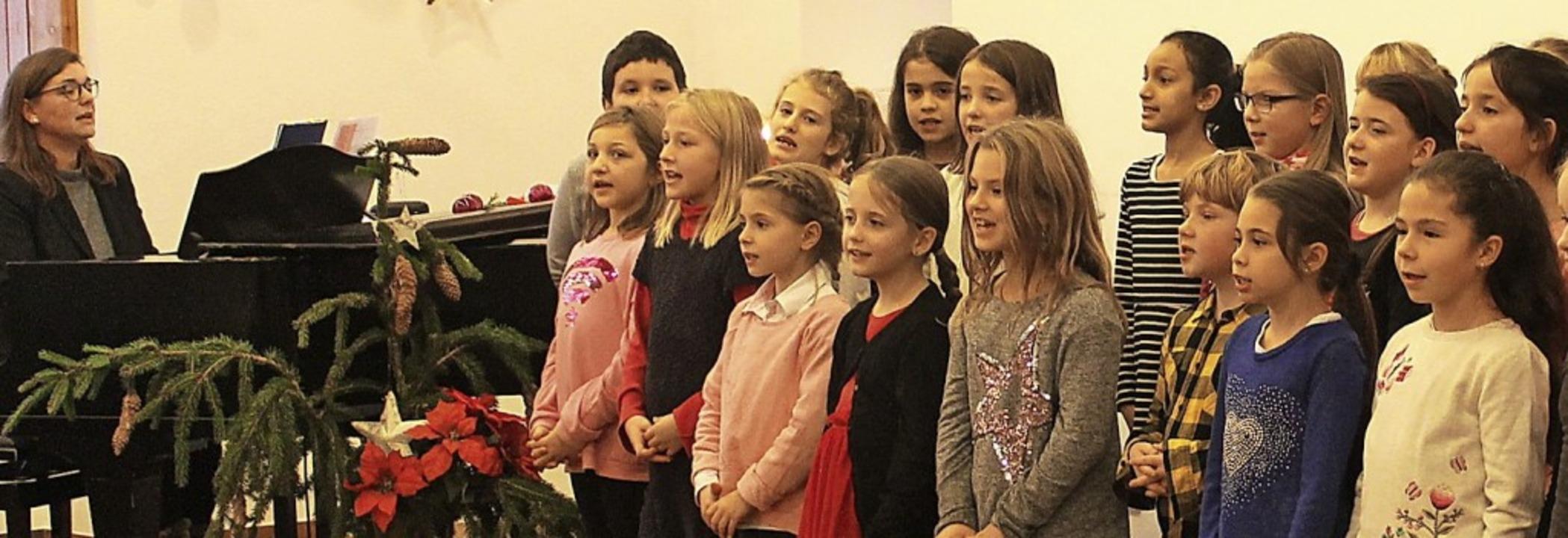 Den Gesang des Grundschulchores beglei...ne Leiterin Nicole Philipp am Flügel.   | Foto: Cornelia Liebwein