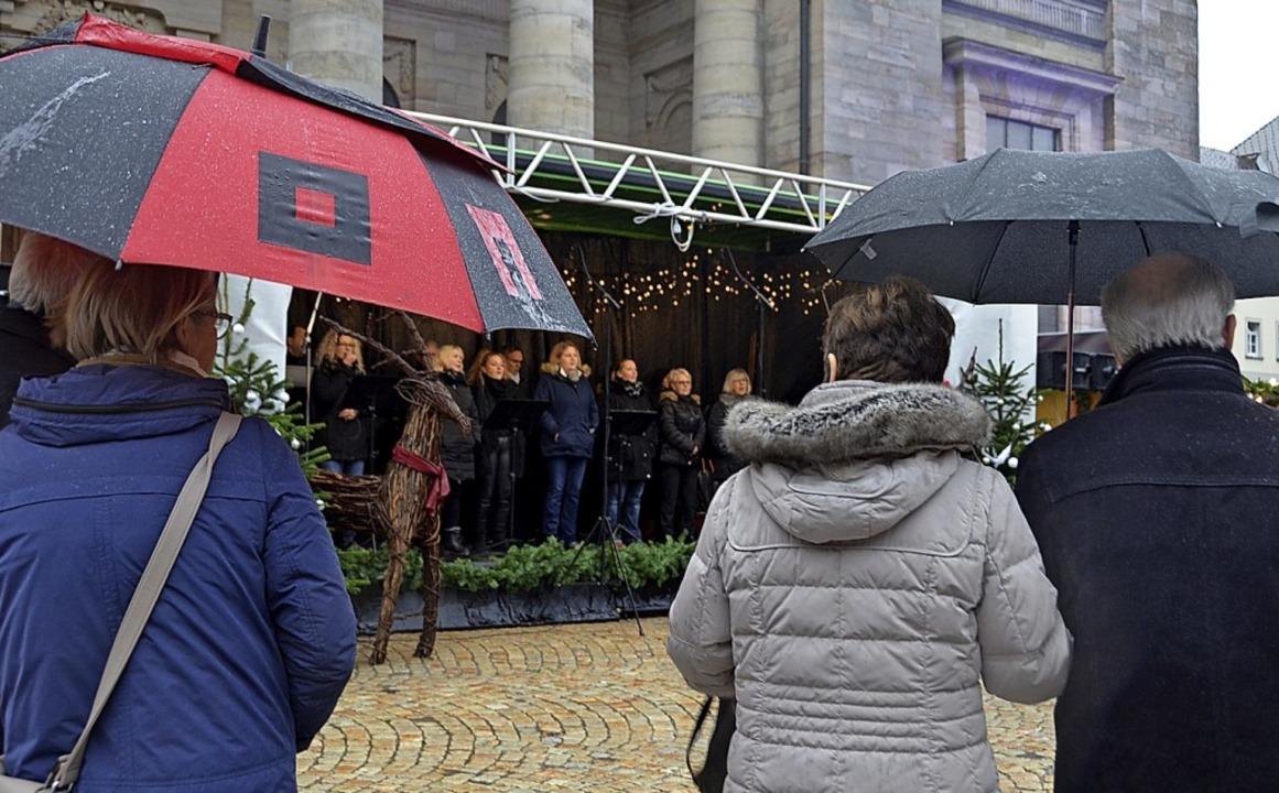 Zu Gast auf dem Weihnachtsmarkt war am...Wetters fanden sich viele Zuhörer ein.  | Foto: Christiane Sahli