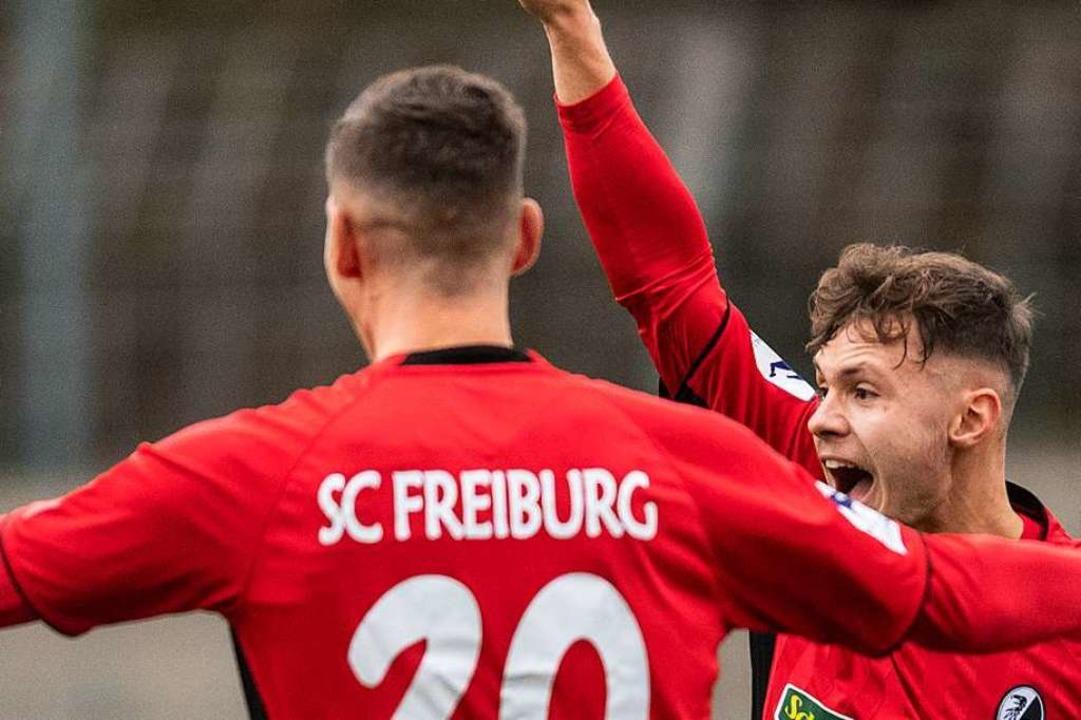 Der erste Streich von Fabian Rüdlin (r...1:0 für den SC Freiburg II bejubelt.    | Foto: Patrick Seeger