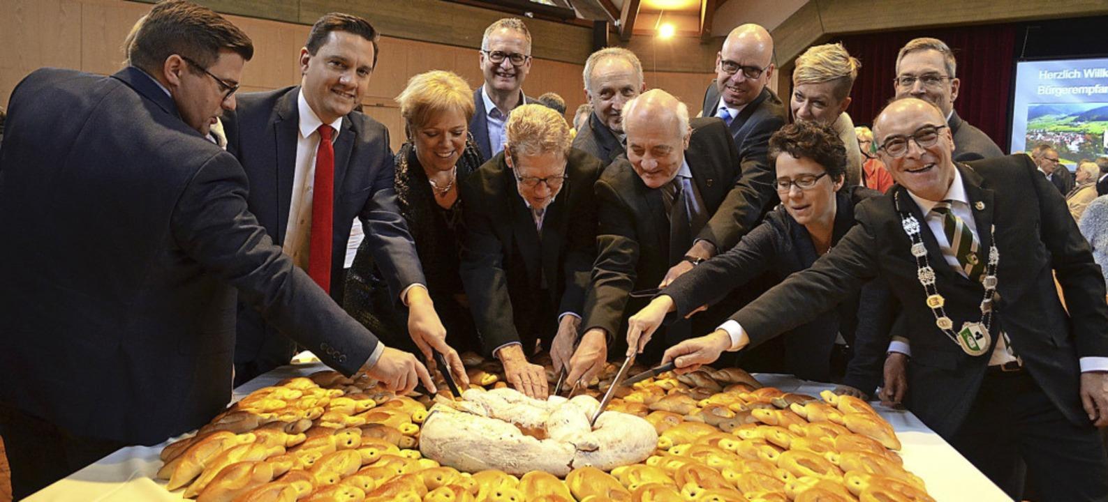 Am Ende des Bürgerempfangs schnitten B...d die Ehrengäste den Klausenwecken an.  | Foto: Nikolaus Bayer