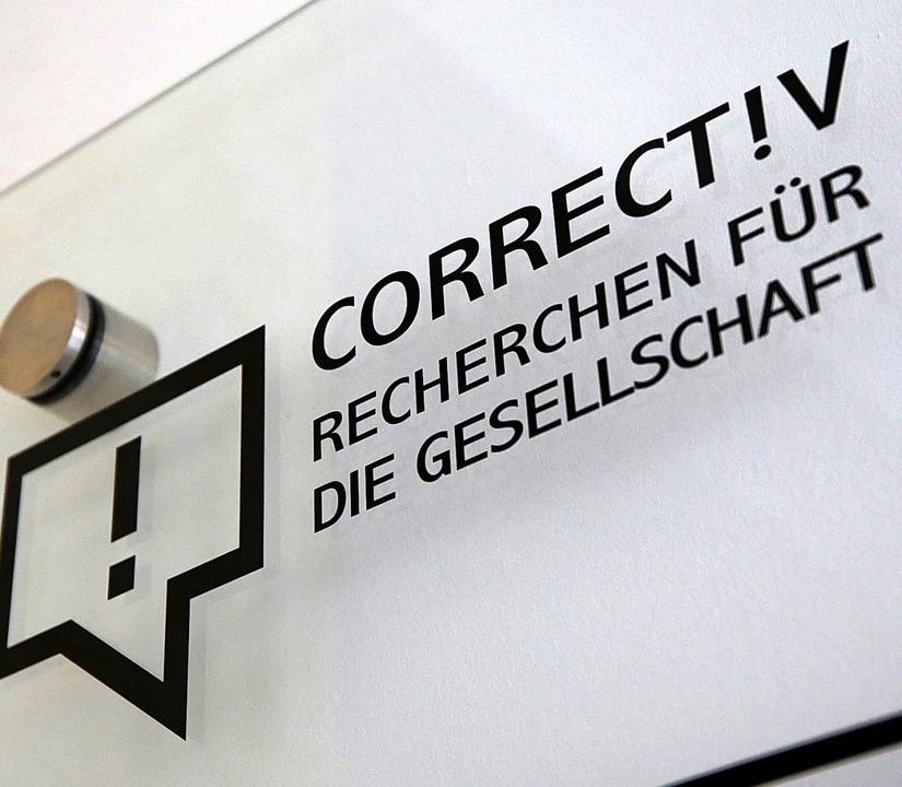 Das Firmenschild des stiftungsfinanzierten Recherchebüros   | Foto: dpa