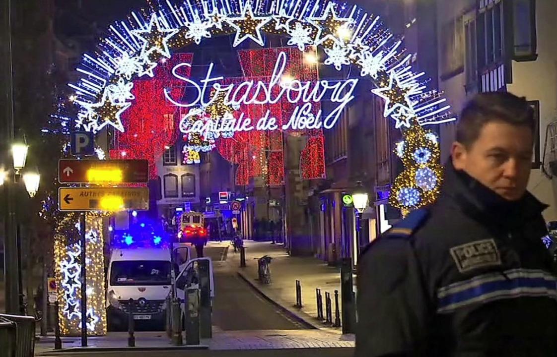 Mindestens zwei Menschen starben bei d...f auf dem Straßburger Weihnachtsmarkt.  | Foto: dpa