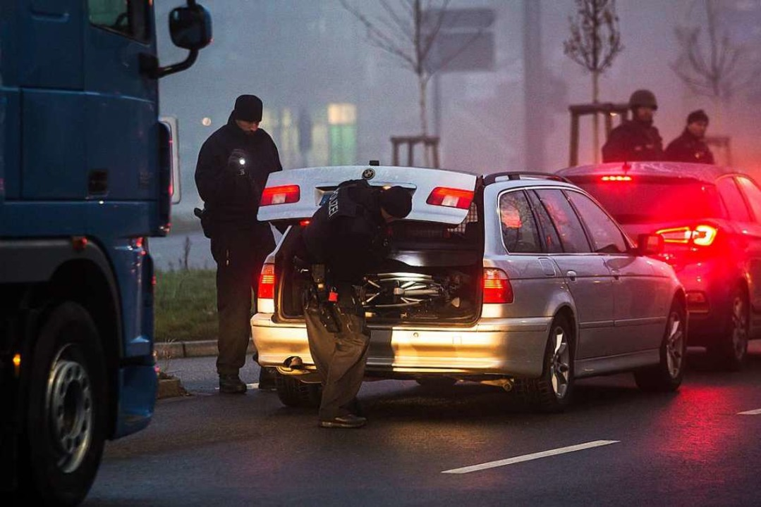 Deutsche Polizisten kontrollieren an der Deutsch-Französischen Grenze in Kehl.  | Foto: dpa