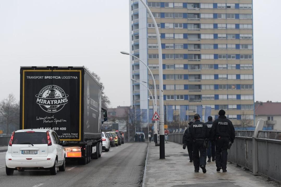 Polizeipatrouille auf der Europabrücke.  | Foto: AFP