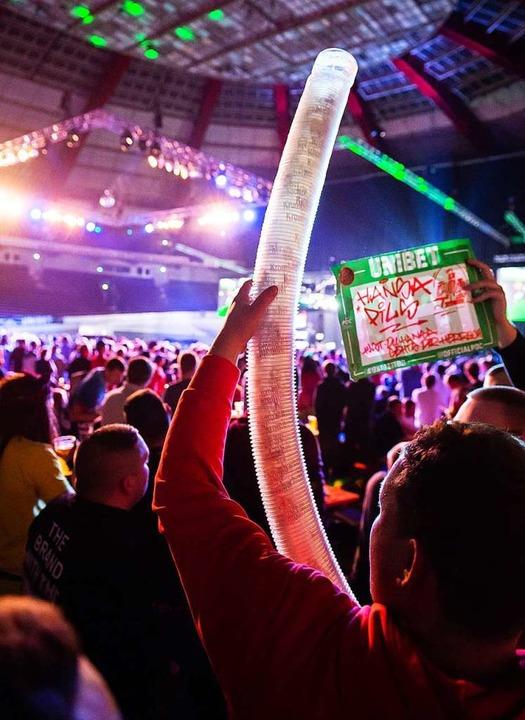 Darts ist bei Spielern, vor allem aber bei Zuschauern beliebt.   | Foto: dpa