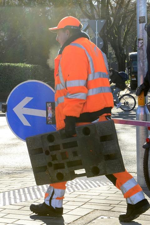 Die Bauarbeiter richten die neue Verkehrsführung ein.  | Foto: Ingo Schneider