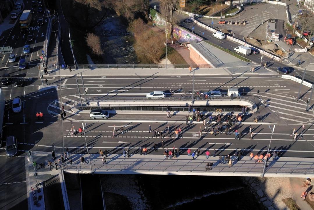Jetzt dürfen Autos, Radler und Fußgäng...traßenbahnpassagiere dann ab 16. März.  | Foto: Michael Saurer