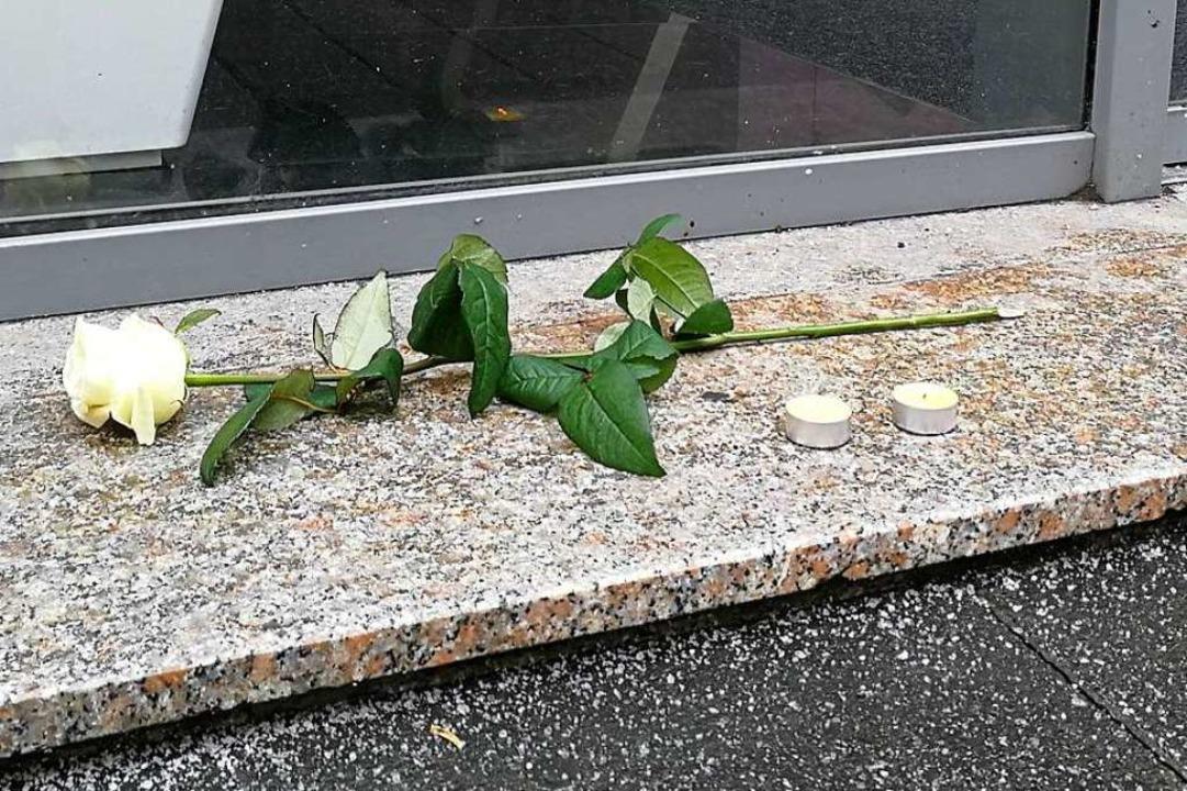 Vor einem Schaufenster liegt eine einz...se. Das Gedenken an die Opfer beginnt.  | Foto: Anika Maldacker