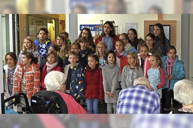 Kinder- und Männerstimmen bringen Senioren Freude