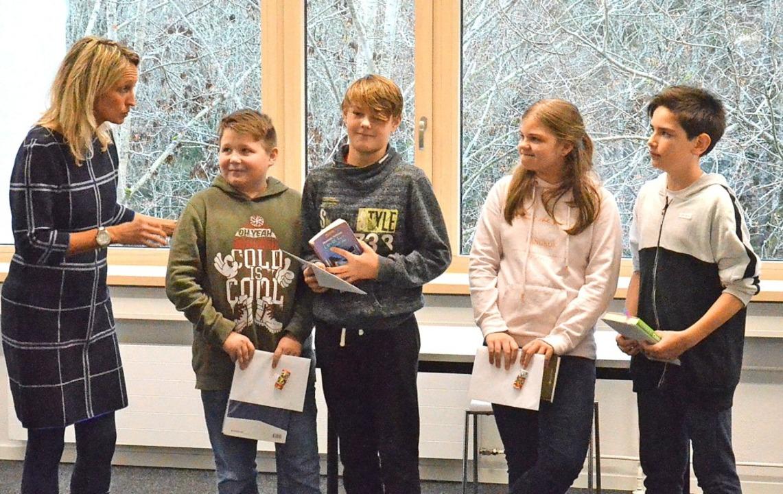 Schulleiterin Susanne Schwer gratulier...sentscheid in Bad Säckingen vertreten.    Foto: Sebastian Barthmes