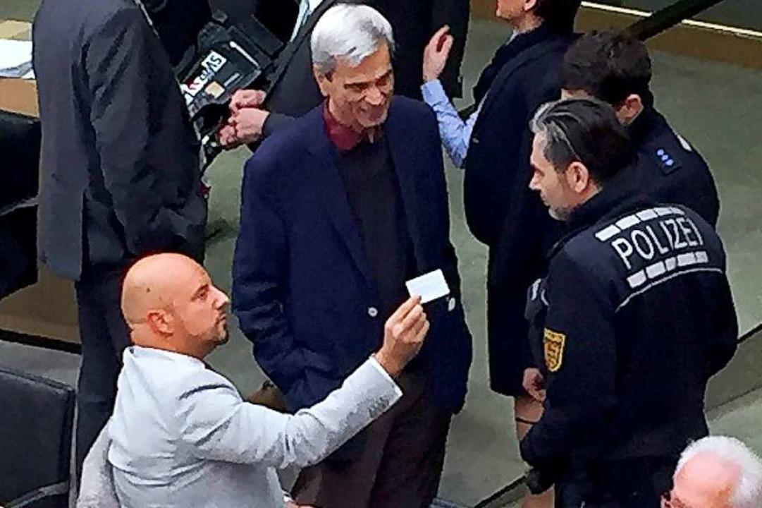 Stefan Räpple (AfD, sitzend) hatte sic...äsidentin. Dann griff die Polizei ein.  | Foto: dpa