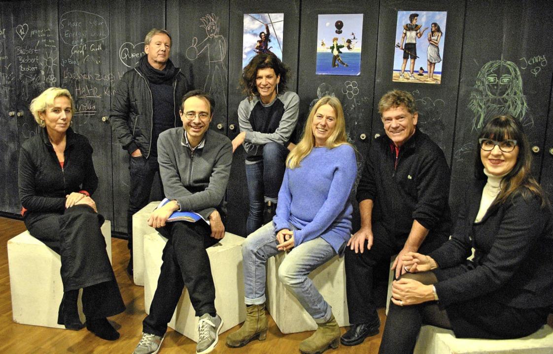 Das Organisationsteam (von links): Her...en, dem  Sponsor der Schultheatertage   | Foto: Robert Ullmann