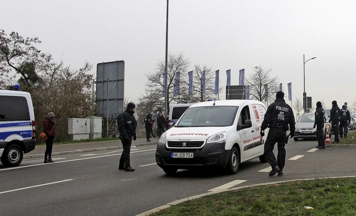 Ein starkes Polizeiaufgebot stand am M...r Grenze zwischen Kehl und Straßburg.     Foto: dvn