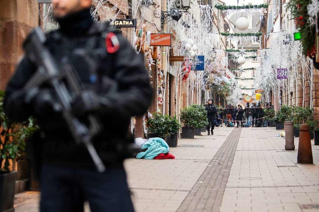 Abgesperrt ist am Mittwoch der Tatort in der Rue des Orfèvres.  | Foto: dpa