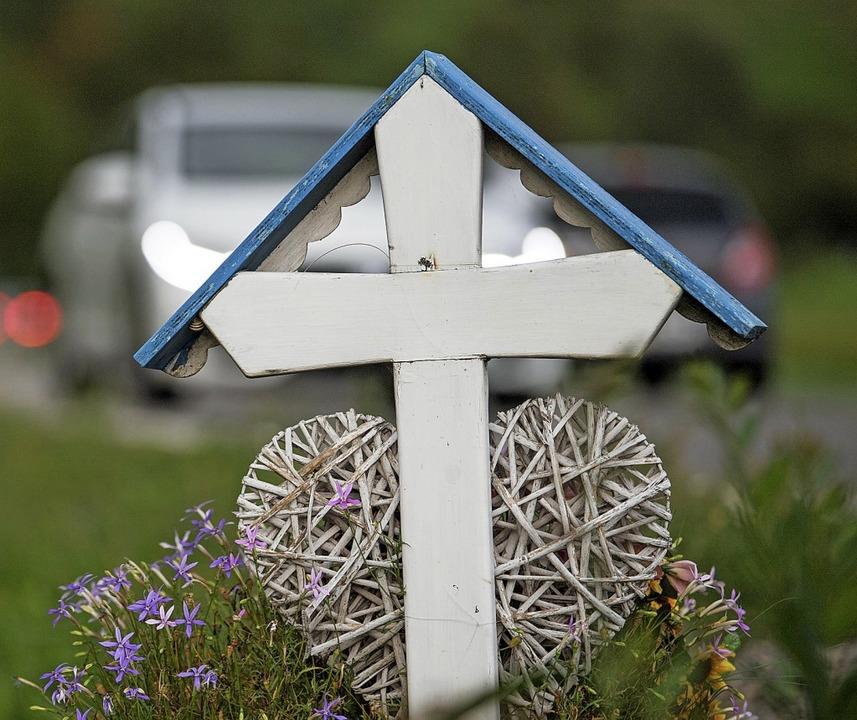 Kreuz für eine Unfalltote bei Tübingen   | Foto: dpa