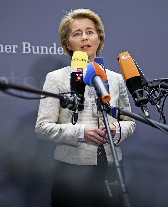 Verteidigungsministerin Ursula von der Leyen räumt Fehler ein.   | Foto: dpa