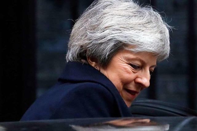 Theresa May bleibt vorerst im Amt – aber Vertrauen sieht anders aus und das Brexit-Problem bleibt ungelöst