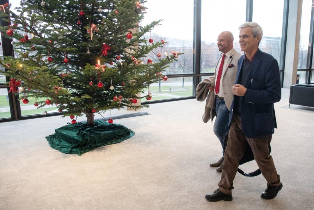 Stefan Räpple und Wolfgang Gedeon verlassen den Landtag.  | Foto: dpa