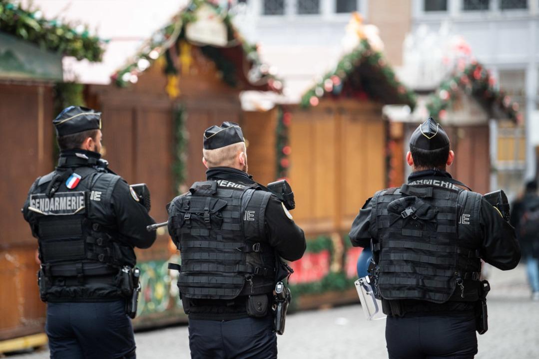 Polizisten gehen nach einem Angriff in...ber den geschlossenen Weihnachtsmarkt.  | Foto: dpa
