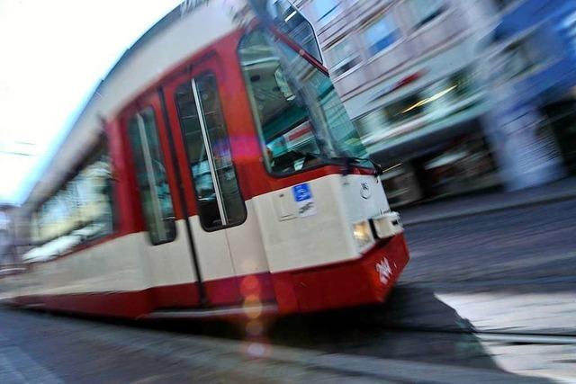 Auto biegt falsch ab und übersieht Straßenbahn in Freiburg-Herdern