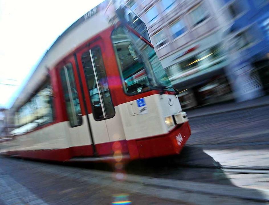 Eine Autofahrerin ist beim verbotenen ...gen mit einer Straßenbahn kollidiert.     Foto: Symbolbild: Michael Bamberger