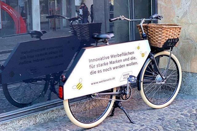 Gratis-Fahrräder mit Werbung rollen durch die Freiburger City