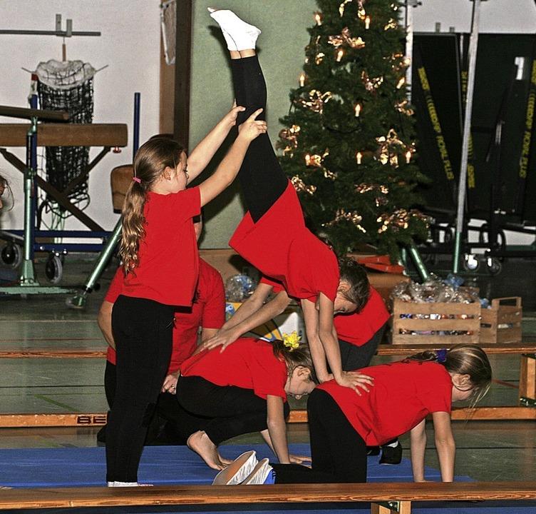 Mit ihren Hebefiguren und akrobatische...n und Turner das Publikum begeistert.   | Foto: Aloisia Zell