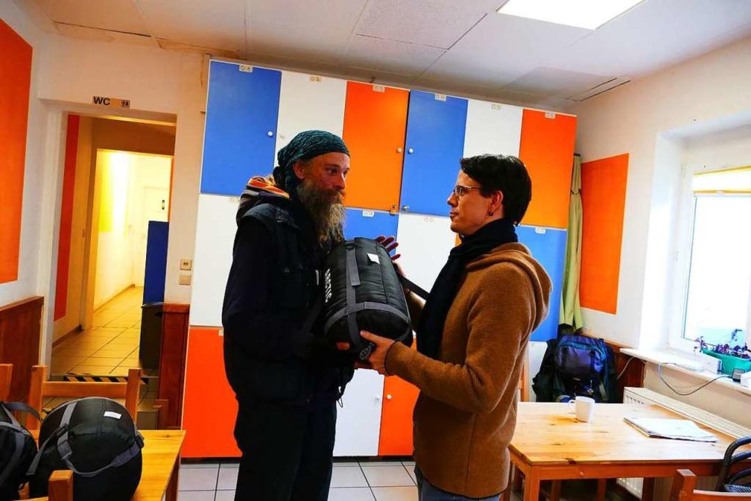 Markus, wohnsitzlos, bekommt von Stree...n Schlafsack, der der Kälte standhält.  | Foto: Sabiine Ehrentreich