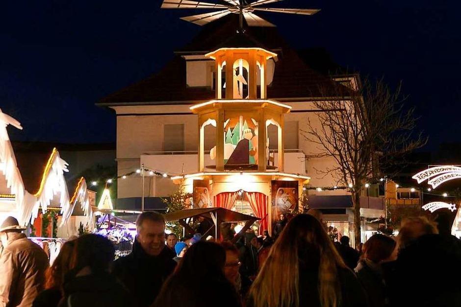 Die zwölf Meter Pyramide überragt den  Lammplatz und ist so etwas wie das Wahrzeichen des Weihnachtsmarktes. (Foto: Frank Schoch)