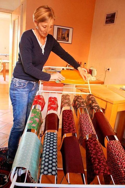 Erika Delmonte hängt die fertigen Bienenwachstücher zum Trocknen auf.  | Foto: Erich Krieger