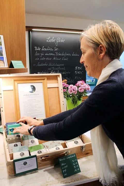 Erika Delmonte füllt den Verkaufskoffe...den neu hergestellten Tücher-Sets auf.  | Foto: Erich Krieger